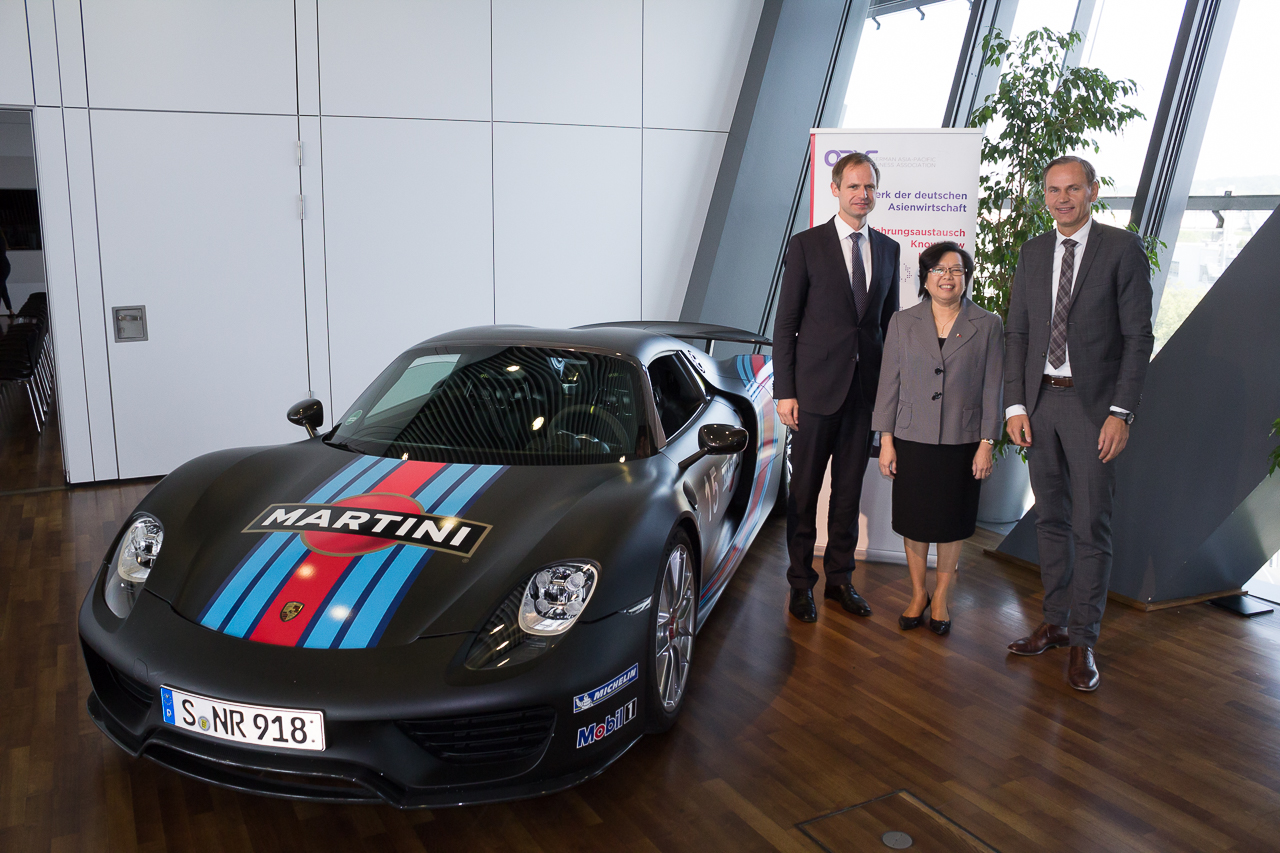 Timo Prekop, Executive Member of the OAV Board, Ambassador Melita S. Sta. Maria-Thomeczek and Dr. Oliver Blume, Chairman of the Executive Board, Porsche AG